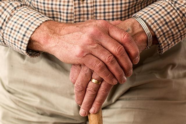 ruce starého muže