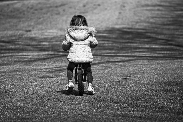 malá holčička na odrážedle