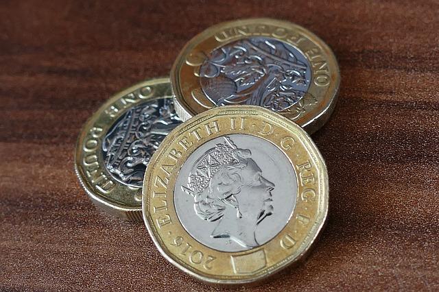 tři lesklé mince, libry, královna