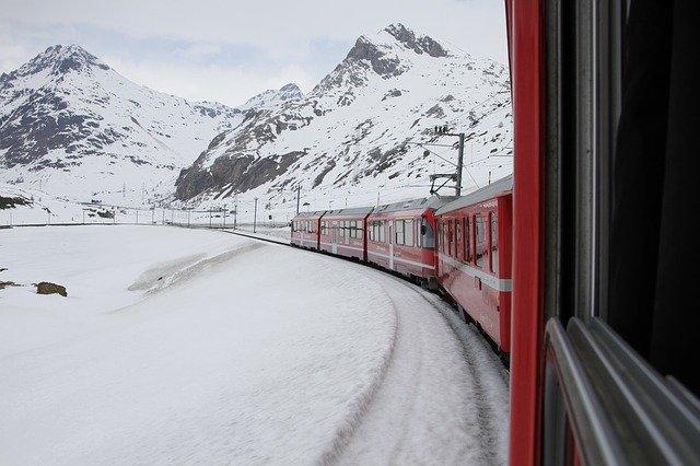 vlak projíždějící zimní krajinou