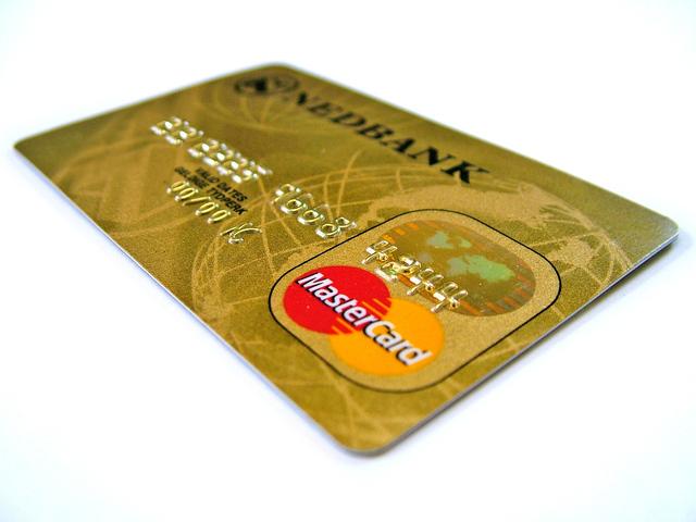 zlatá bankovní karta na bílém podkladu